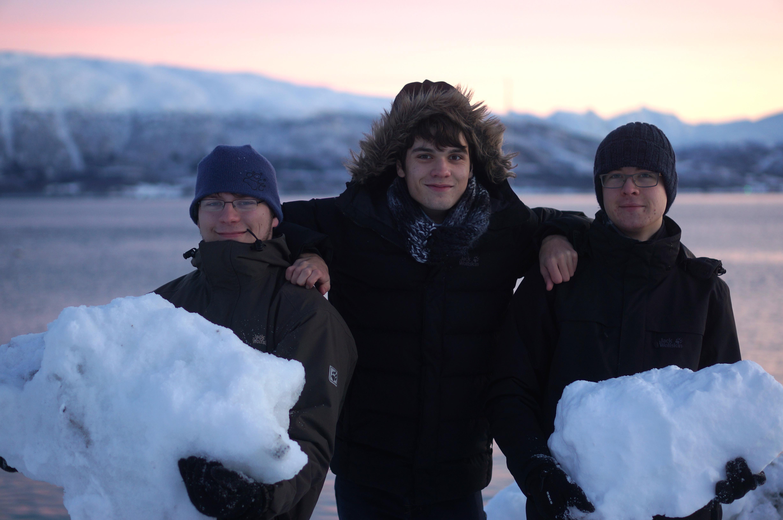 Der Fotograf drängt sich aufs Foto. Ihm ist kalt, darum sind seine Fäuste geballt und deswegen hält er auch keinen Schnee. Zu sagen keine Schneebrocken wurden bei oder nach der Entstehung dieses Fotos ernsthaft verletzt wäre leider eine Lüge...