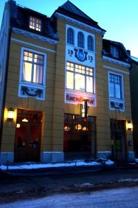 ein kleines, altes, mittlerweile geschlossenes Kino - Jonas fand das sympathisch