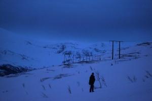 einsame Gestalt kämpft sich durch den Schnee