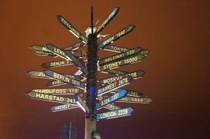 Eine übertriebene Richtungstafel - aber interessant. Der Moment, wenn Berlin doppelt so weit weg ist wie Murmansk...