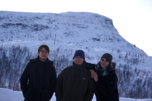hübsches Gruppenfoto von uns drei Süßen (Jonas mal wieder etwas anhänglich, aber es fands einfach zu fad, immer wie drei Bohnenstangen dazustehen. Und so war die Bildaufteilung irgendwie schöner.